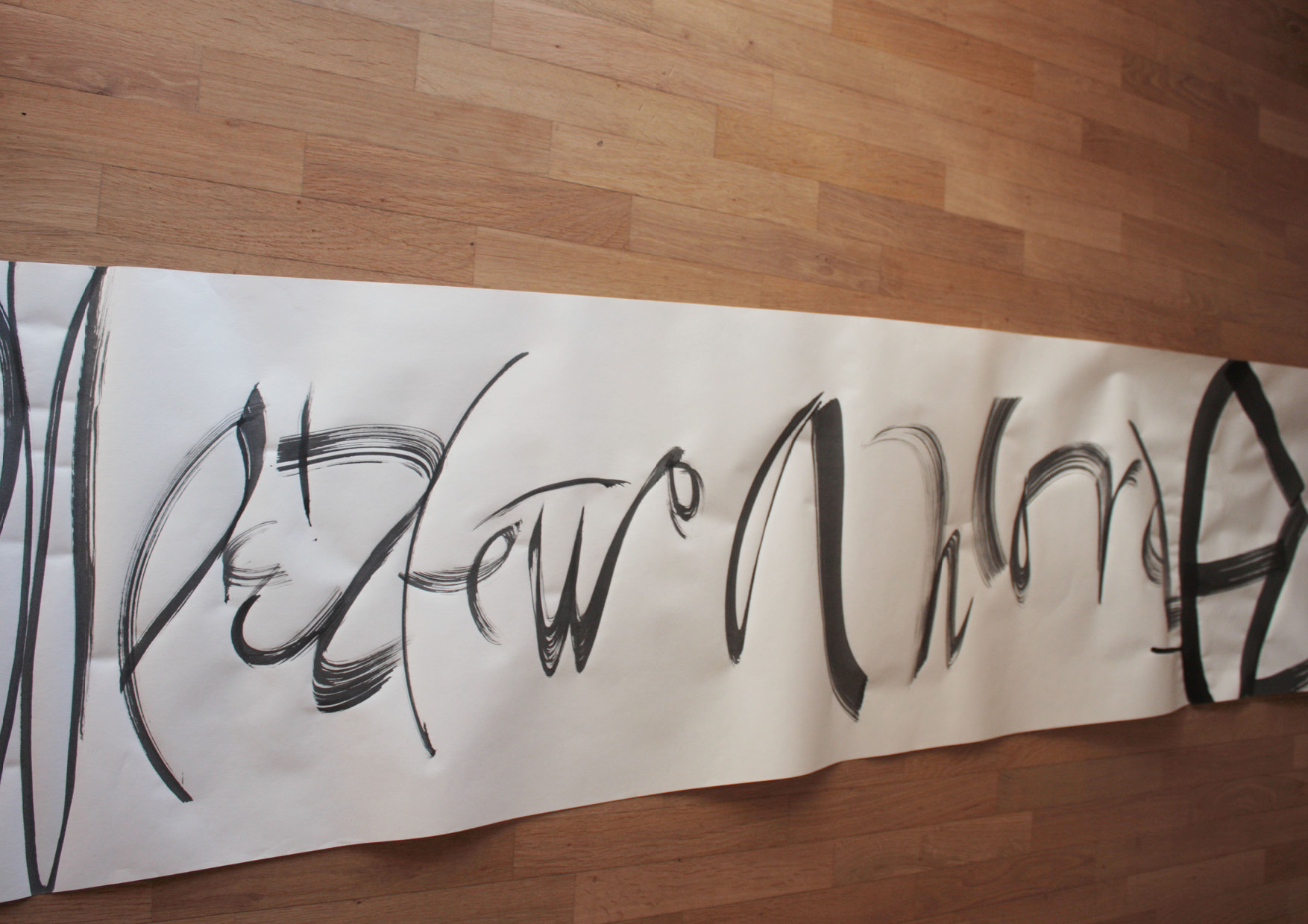 Il segretoUn mix di segni realizzati con un pennello piatto si uniscono alla ricerca di una composizione che vuole sembrare infinita.Pennello piatto e inchiostro Sumi su carta.450x9000 mm circa2020